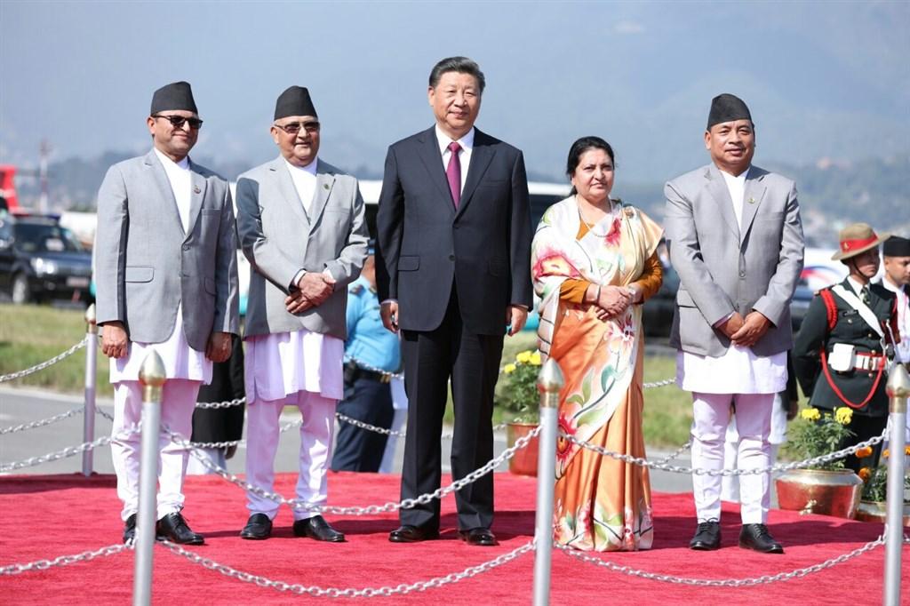 中國國家主席習近平(中)12日下午從印度飛抵尼泊爾首都加德滿都進行訪問,13日與尼泊爾總理奧利(左2)會談。(圖取自twitter.com/kpsharmaoli)
