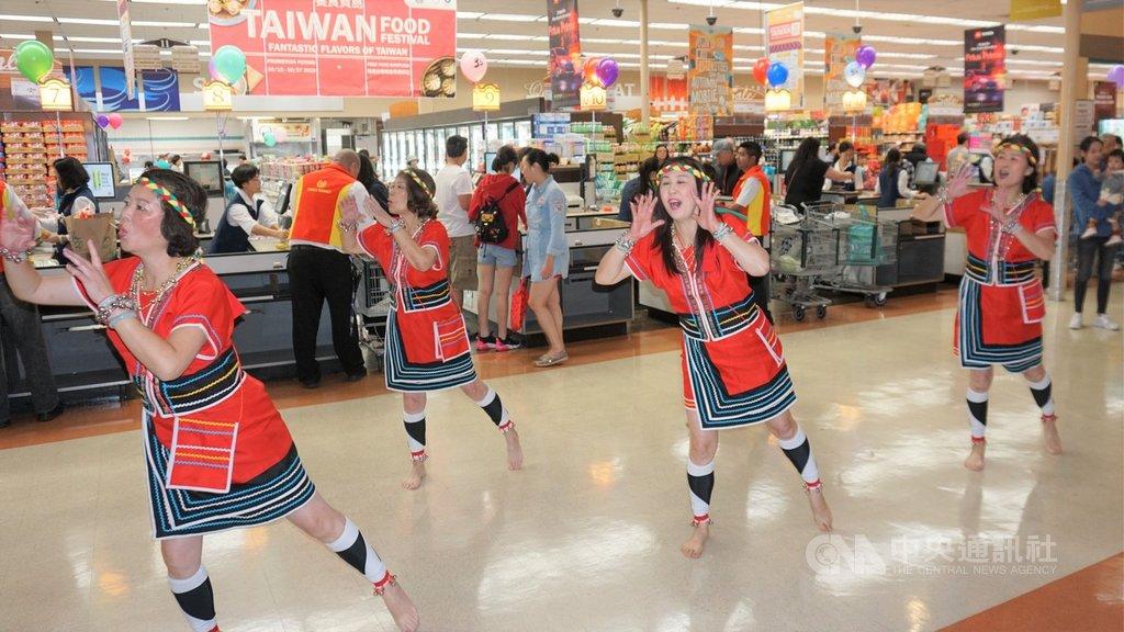 在外貿協會、經濟部國貿局贊助下,全美大華超市32家分店10月12日到27日舉行台灣美食節,幫助台灣食品業者拓展美國市場。圖為開幕式的舞蹈表演。中央社記者林宏翰洛杉磯攝  108年10月13日