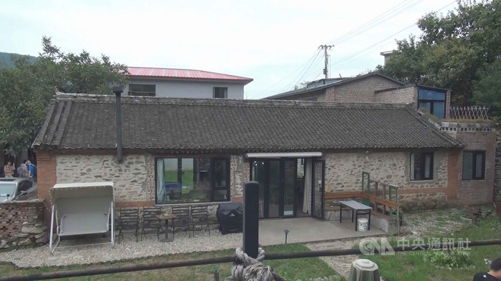 北京市遠郊山區的北溝村,2009年起出現各種形式的民宿,形成中國北部知名的民宿村。圖為「修舊如舊」型,結構基本不作變更的形式,最受遊客歡迎。中央社記者邱國強北京攝 108年10月13日