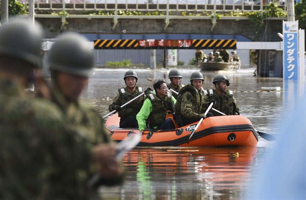 日本防衛大臣河野太郎13日宣布,考量到自衛隊因應颱風哈吉貝襲日釀災,將以救災優先,取消原定14日要舉行的海上自衛隊海上閱兵。圖為自衛隊進行颱風救災。(共同社提供)