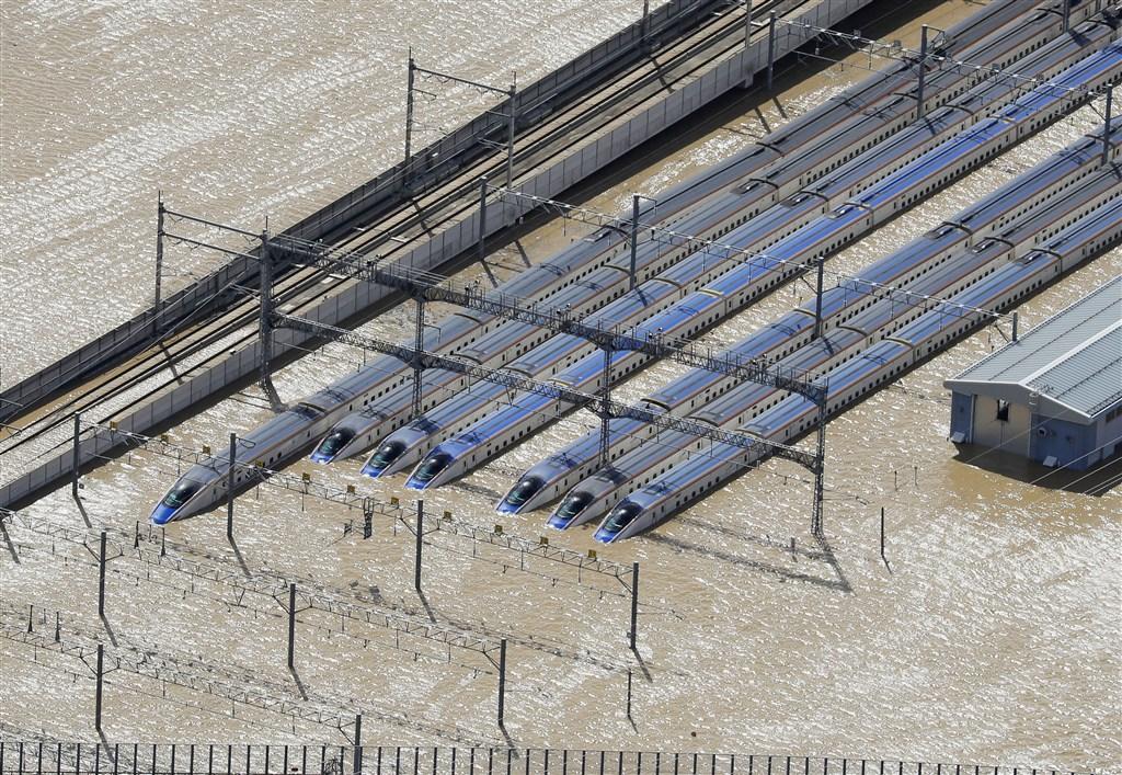 颱風哈吉貝侵襲日本,大雨造成流經長野縣內的千曲川潰堤氾濫,JR東日本的長野新幹線機廠淹大水,目前已確認停放機廠內的10編組合計120節車廂泡水。(共同社提供)