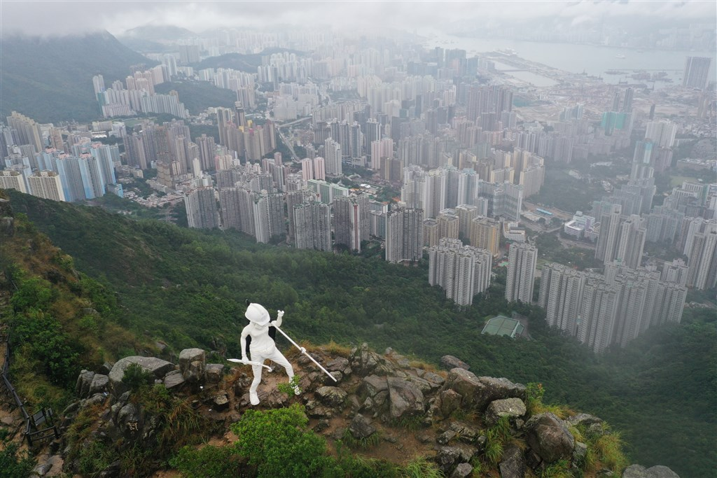 香港「反送中」人士13日凌晨在九龍獅子山頂樹立一尊自由民主女神像,但女神像14日上午已被拆除。(Lady Liberty HK 香港民主女神提供)