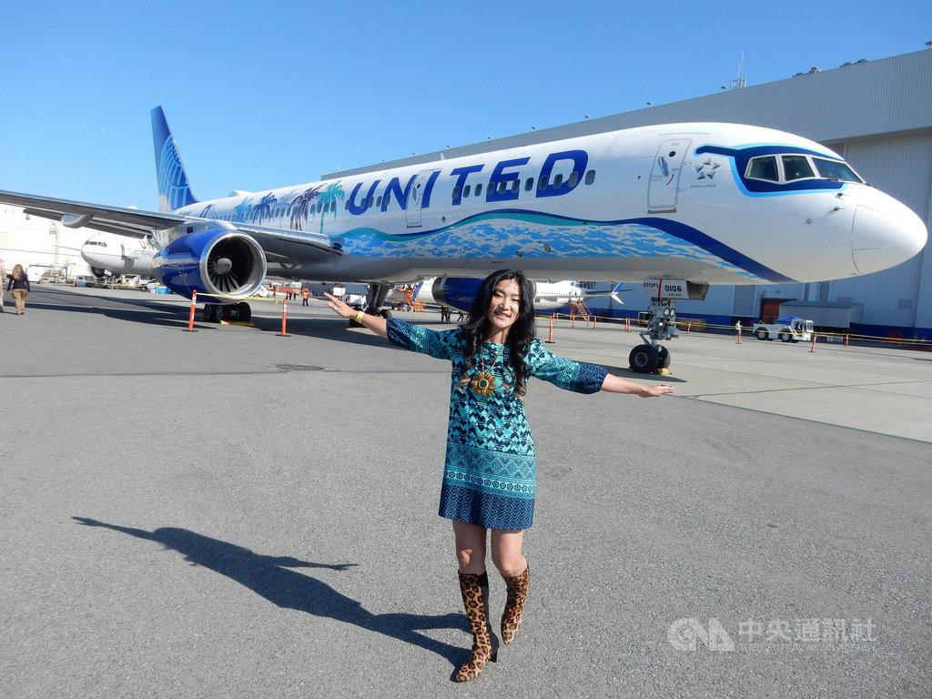 由牟宗瑋設計、充滿美國加州風情的設計圖,在聯合航空UA757班機亮相,她很高興藝術之夢成真,在沒有文化界線的平台彩繪,顯現台灣女藝術家的生命力。中央社記者周世惠舊金山攝  108年10月14日