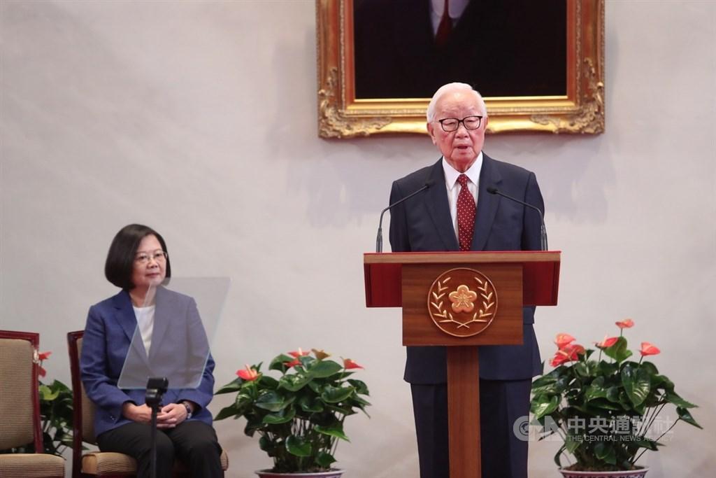 總統蔡英文(左)14日上午在總統府召開記者會,公布本屆亞太經濟合作會議(APEC)領袖代表由台積電創辦人張忠謀(右)擔任,張忠謀發表談話。中央社記者吳家昇攝 108年10月14日
