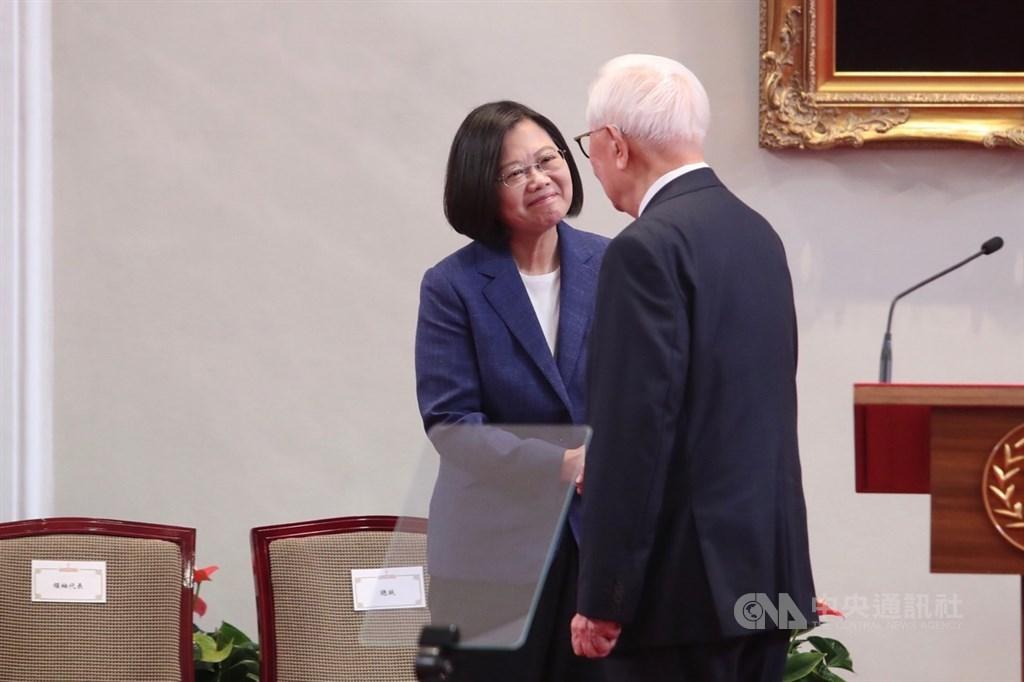 總統蔡英文(左)14日上午在總統府召開記者會,宣布由台積電創辦人張忠謀(右)再度出任APEC領袖代表,兩人握手致意。中央社記者吳家昇攝 108年10月14日