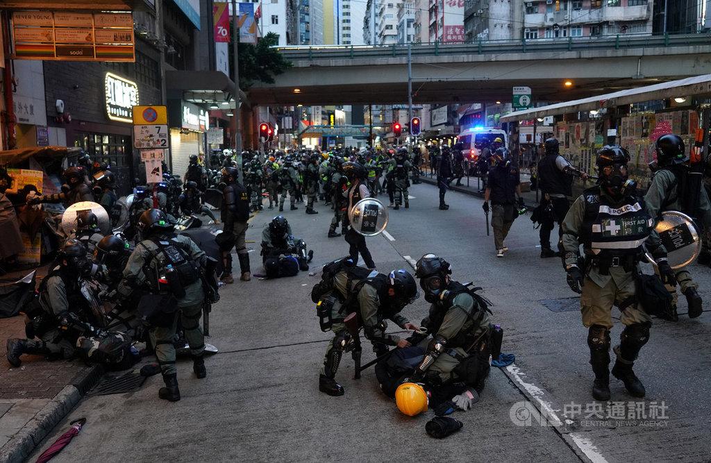 香港建制派立法會議員何君堯14日主張,警務處長可依「警隊條例」增加臨時警務人員,不限人數與國籍,還可聘用大陸退休軍警。反送中近日演變為多區示威,考驗警方人力調度。(中通社提供)中央社 108年10月14日