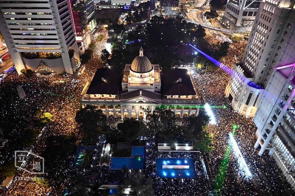 「香港人權民主法案集氣大會」14日晚間7時在中環遮打花園舉行,這是香港頒布禁蒙面法後,第一場獲得警方批准的「反送中」集會,主辦單位宣布至少有13萬人參加。(立場新聞提供)