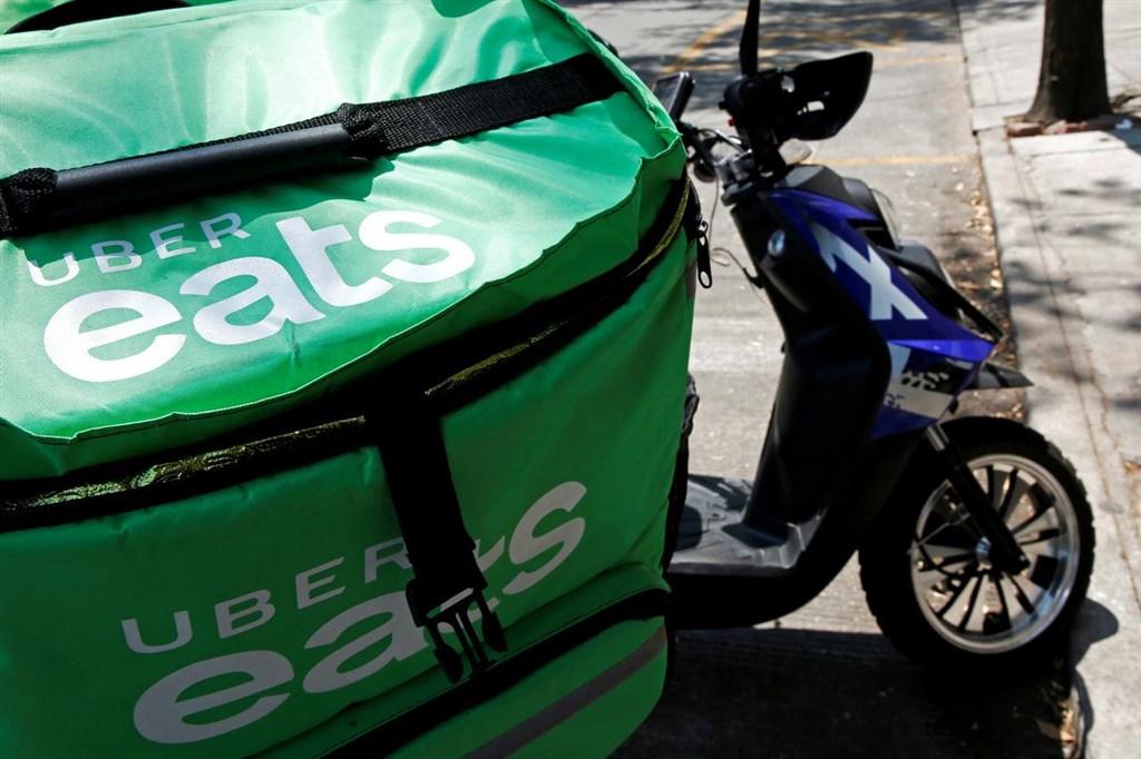 美食外送平台Uber Eats在墨西哥等國家也屢傳事故,衍生出許多死傷理賠問題。圖為墨西哥城路邊一輛Uber Eats外送車。(檔案照片/路透社提供)
