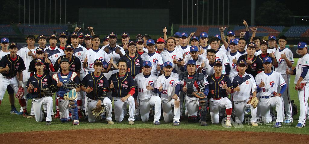 2019第29屆亞洲棒球錦標賽14日在台中洲際棒球場開打,中華隊(白衣)首戰交手香港隊(黑衣),中華隊在5局以17比2擊退香港,奪下首勝,賽後兩隊合影留念。中央社記者張新偉攝 108年10月14日