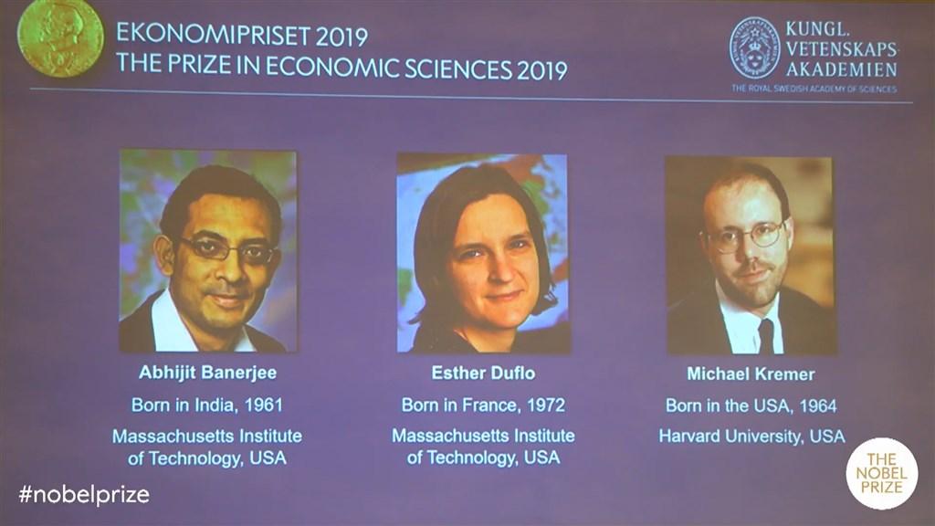 2019年諾貝爾經濟學獎得主14日揭曉,由美國學者巴納吉(左起)、法裔美籍經濟學家杜芙洛和美國學者克里莫獲殊榮。(圖取自Nobel Prize YouTube網頁youtube.com)