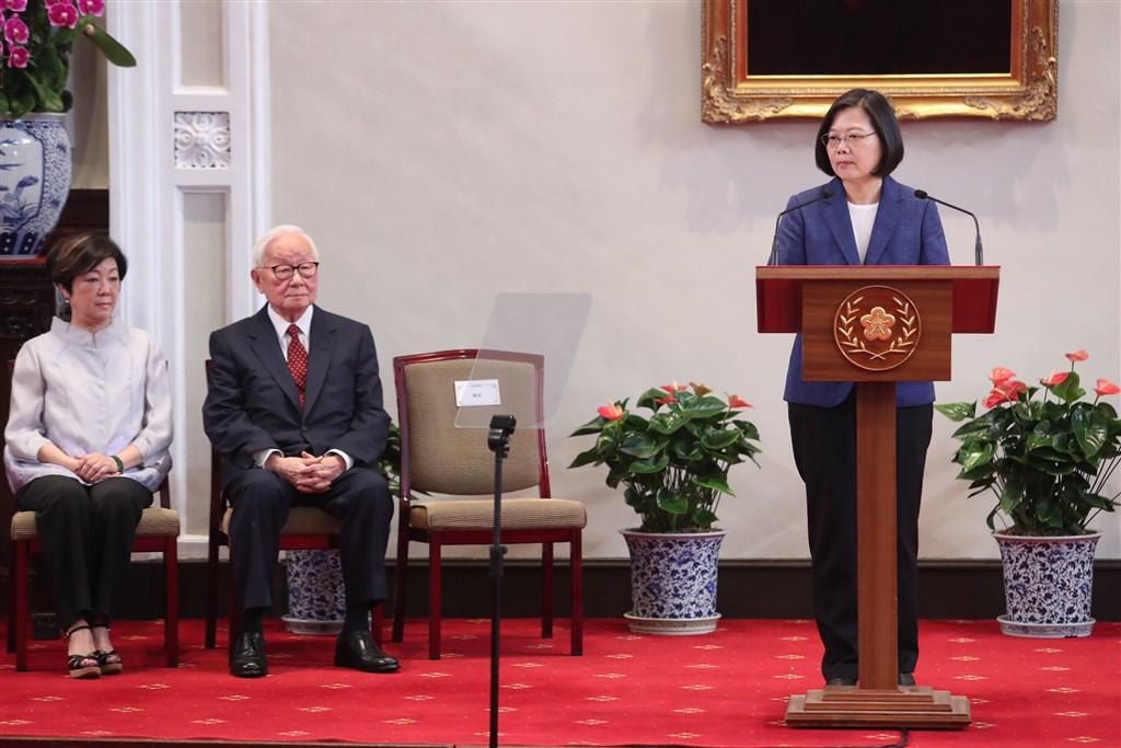 今年APEC經濟領袖會議11月16、17日將在智利舉行,總統蔡英文(右)14日上午召開記者會,宣布領袖代表由台積電創辦人張忠謀(左2)擔任。 中央社記者吳家昇攝 108年10月14日