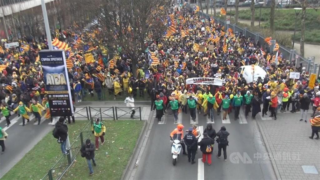 西班牙高等法院14日以煽動叛亂罪名,判處9名加泰隆尼亞獨立運動領袖9至13年不等的有期徒刑。圖為數萬名加泰隆尼亞民眾2017年12月7日聚集在比利時首都布魯塞爾大遊行,為獨立訴求發聲。(中央社檔案照片)