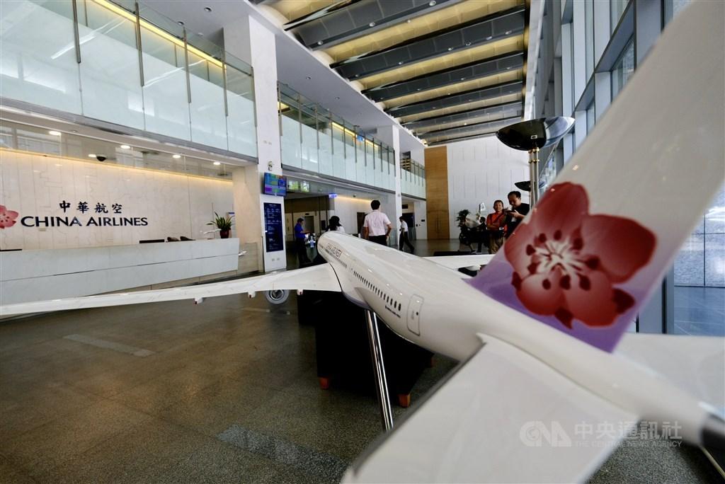 華航發言人劉朝洋14日證實,因新的作業程序太繁複,13日起暫停機上菸品銷售半年。(示意圖/中央社檔案照片)