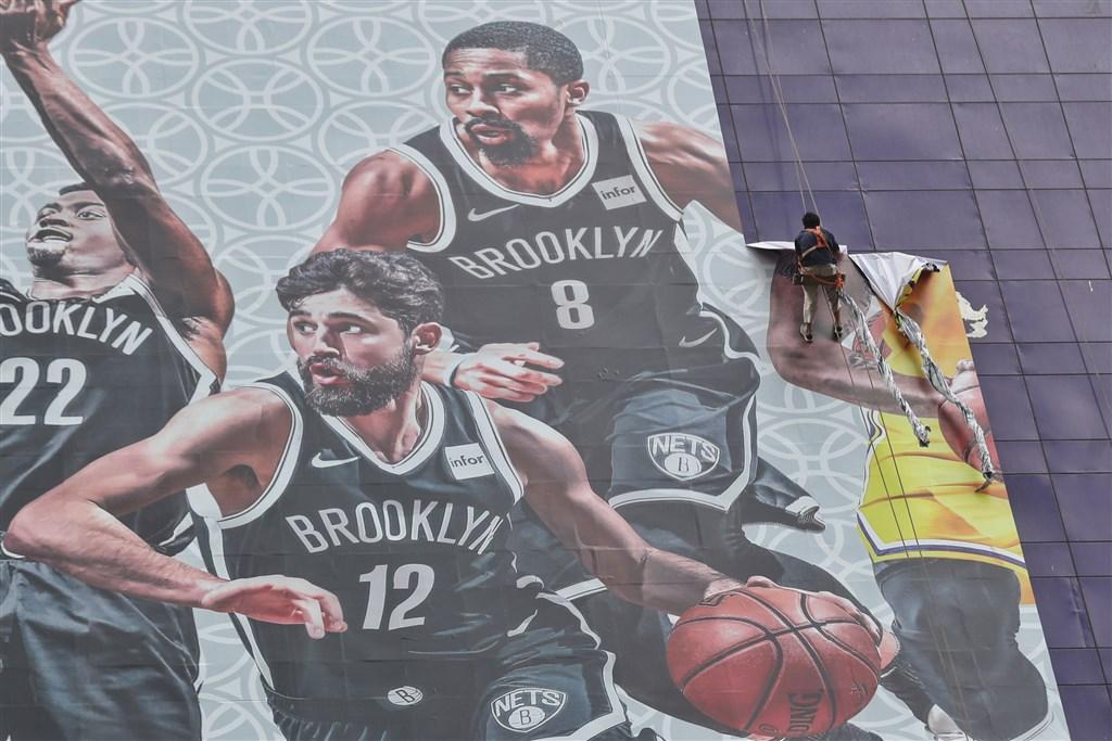 騰訊體育的NBA直播單已經恢復部分比賽的直播,距離8日發文抵制轉播不到一週。圖為9日NBA在上海的巨幅海報被撤下。(中央社檔案照片)