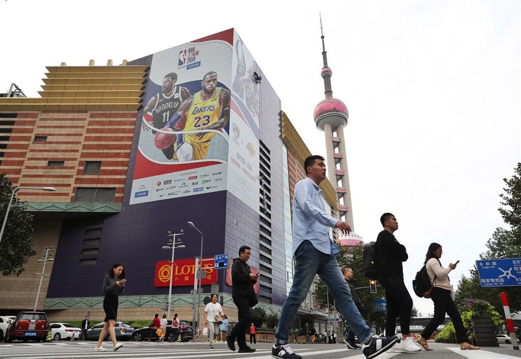 NBA事件在中國餘波蕩漾,號召抵制的愛國民眾遭警方約談,騰訊也悄悄恢復NBA直播,讓被挑動反NBA情緒的中國民眾頓時陷入尷尬。(示意圖/中新社提供)