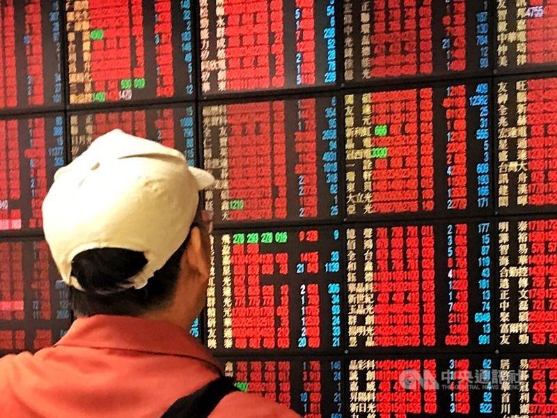台股在連假後買盤推升下,14日大漲176.99點,新台幣兌美元也大幅升值2.3角,呈現股匯雙漲格局。(中央社檔案照片)