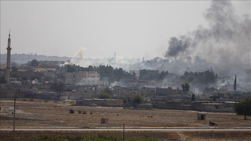 美國在敘利亞的前盟友庫德族13日宣布與大馬士革政府達成新協議,讓政府軍派駐敘利亞與土耳其邊界附近地區。圖為13日從土耳其邊境看到敘利亞城鎮中冒起陣陣黑煙。(安納杜魯新聞社提供)
