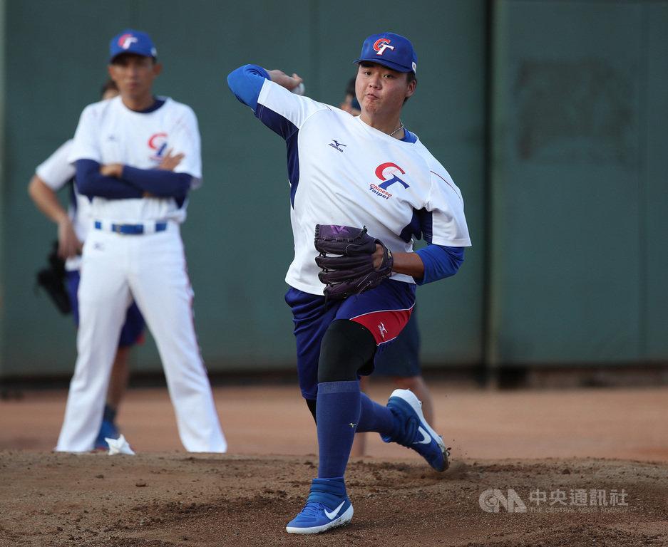 亞洲棒球錦標賽中華隊即將在15日對上日本隊,預計推出旅美投手鄧愷威(前右)先發主投,鄧愷威表示,並不會感到緊張。中央社記者張新偉攝 108年10月14日