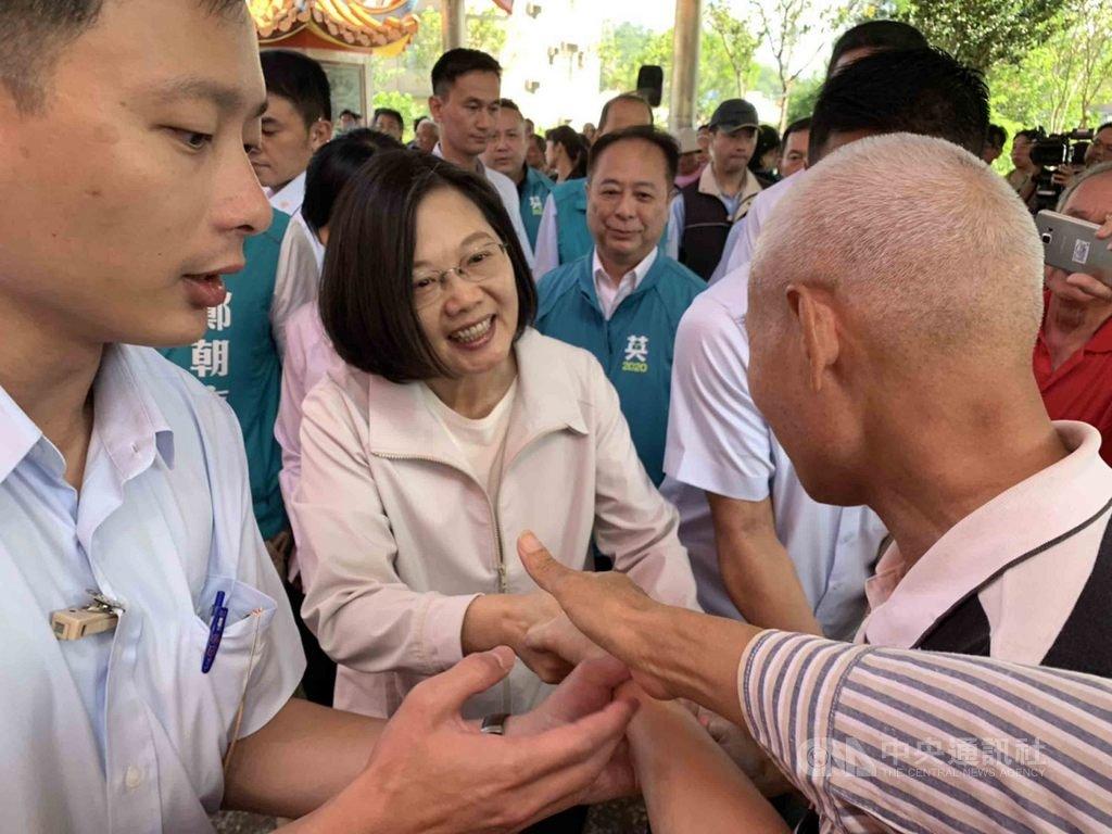 總統蔡英文(左2)15日到新竹縣寶山保生宮參拜,不僅用客家話與民眾打招呼,也逐一向民眾握手,展現親和力。中央社記者郭宣彣攝 108年10月15日