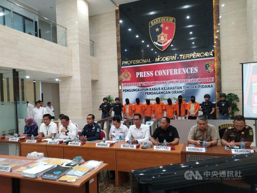 印尼警察總部刑事警察局9日召開記者會,宣布近期逮補2名印尼嫌犯,用獎學金名義騙取40名印尼年輕人到台灣工作。印尼警方15日告訴中央社,正在追查6名涉入的台灣人及台灣仲介。(印尼警察總部刑事警察局提供)中央社記者石秀娟雅加達傳真 108年10月15日