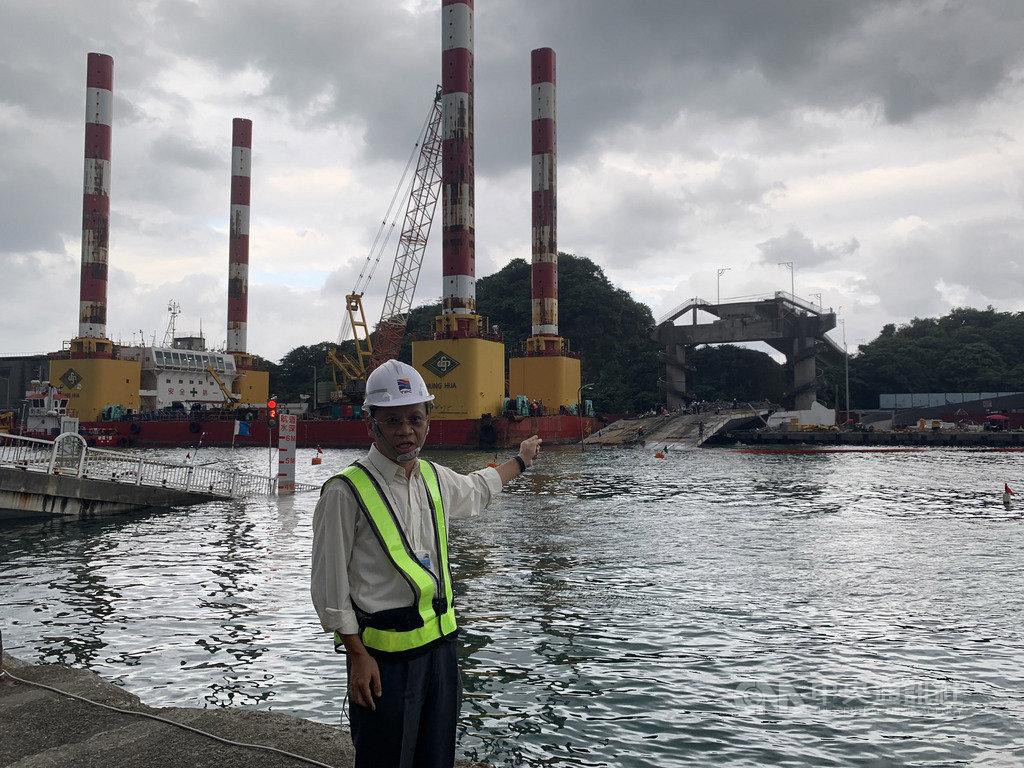 南方澳跨港大橋坍塌,台灣港務公司副總工程司沈光青表示,施工團隊正接續採用鑽石鏈鋸進行橋面版試切割,經分析後,第一塊橋面版切割構件長14.5公尺,重量達100噸以上,預估最快16日可開始吊掛,整座斷橋將分成8到9段逐一切割,每1至2天切除一塊橋面版,10月底前將整座橋面版清除完畢。(翻攝照片)中央社記者王朝鈺傳真 108年10月15日