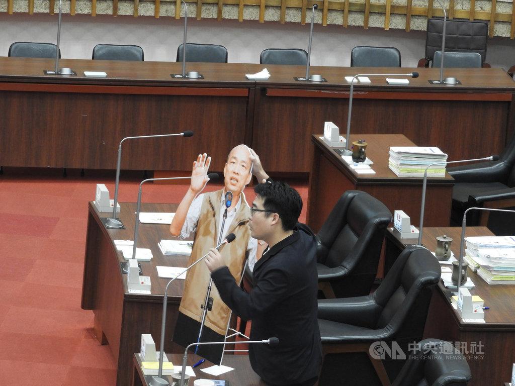 高雄市長韓國瑜16日起請假投入總統選舉,民進黨高雄市議員邱俊憲(圖)15日在市議會質詢時,拿出韓國瑜的人形立牌,批評韓國瑜失信於民。中央社記者王淑芬攝 108年10月15日