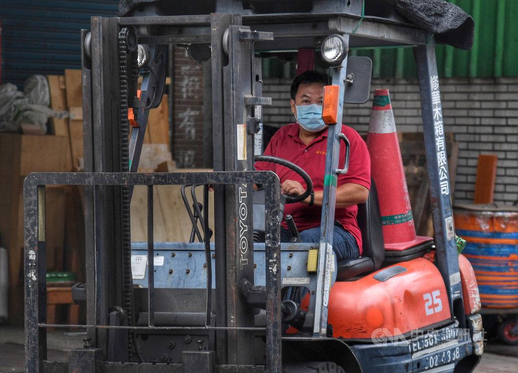 主計總處15日發布8月薪資調查,全體受僱員工每人經常性薪資平均為新台幣4萬2135元,年增2.22%。中央社記者王飛華攝 108年10月15日
