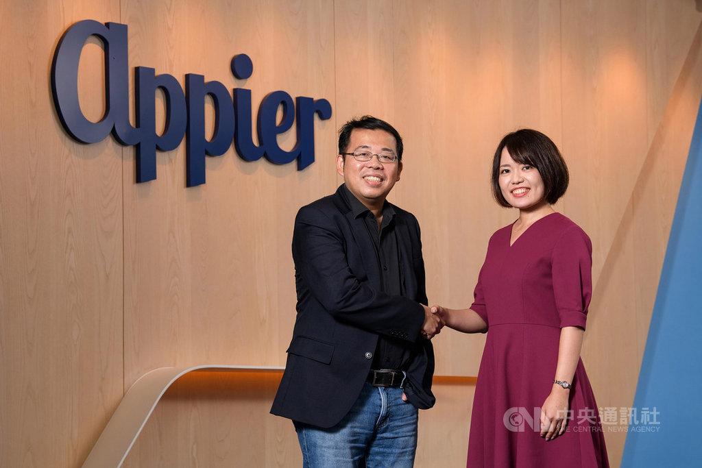 專精於人工智慧(AI)的台灣新創公司Appier收購日本AI新創公司Emotion Intelligence(Emin),並推出電商促購解決方案。左起為Appier執行長暨共同創辦人游直翰、Emin執行長太田麻未。(Appier提供)中央社記者吳家豪傳真 108年10月15日