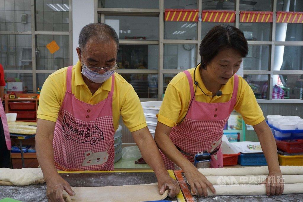 環島台灣做饅頭分享愛的林波(左)、靳寶儀(右)夫婦,即將結束金門行程。他們說,感受到金門大小朋友的溫度和愛,「我們看似付出,其實收獲最多」。中央社記者黃慧敏攝 108年10月15日