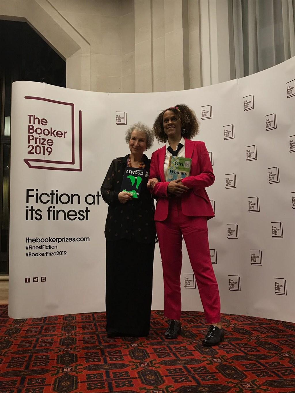 加拿大女作家瑪格麗特.愛特伍(左)和英國籍奈及利亞裔作家伯納德.埃瓦里斯托(右)共同獲頒英文小說界大獎曼布克獎。(圖取自twitter.com/TheBookerPrizes)
