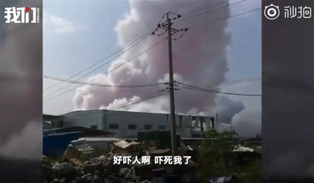 中國廣西省一處工業園區15日發生化學爆炸事故,已造成4死2重傷4輕傷。圖為爆炸時現場冒出粉紅色煙霧。(圖取自新京報我們視頻微博網頁weibo.com/wevideo001)