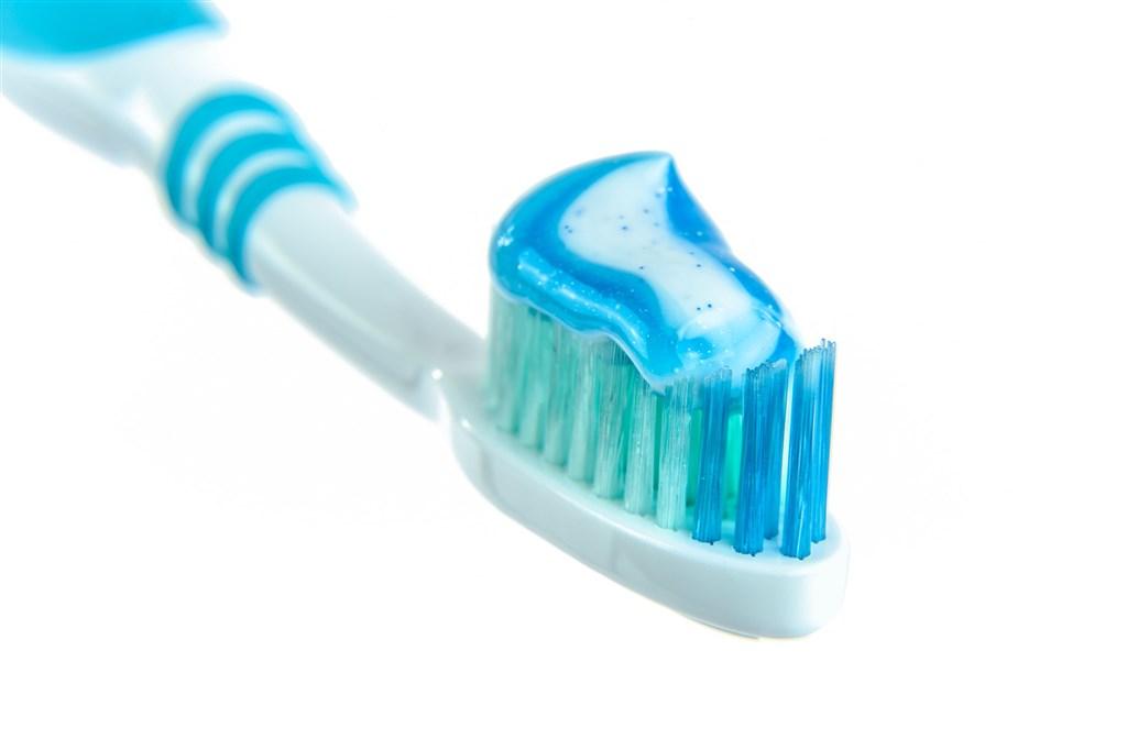 牙膏雖然含有微量抗菌成分,但醫師表示,牙膏抹在痘痘上無法消痘。(示意圖/圖取自Pixabay圖庫)