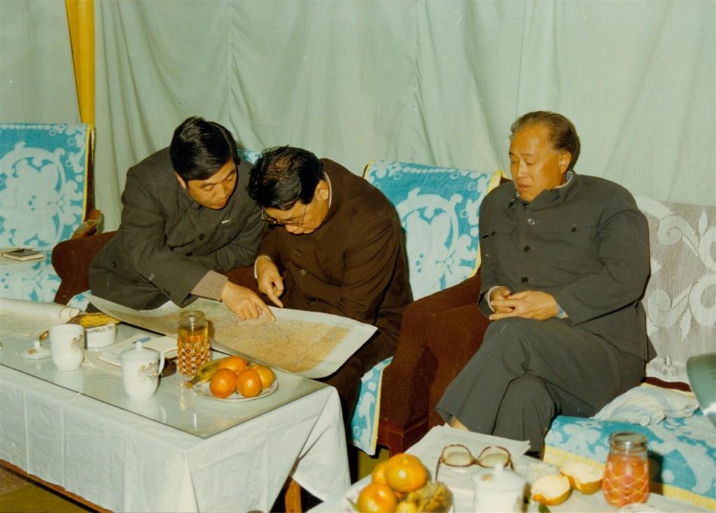 1986年11月,趙紫陽到貴州考察,時任貴州省委書記胡錦濤(左1)彙報情況。(印刻提供)中央社