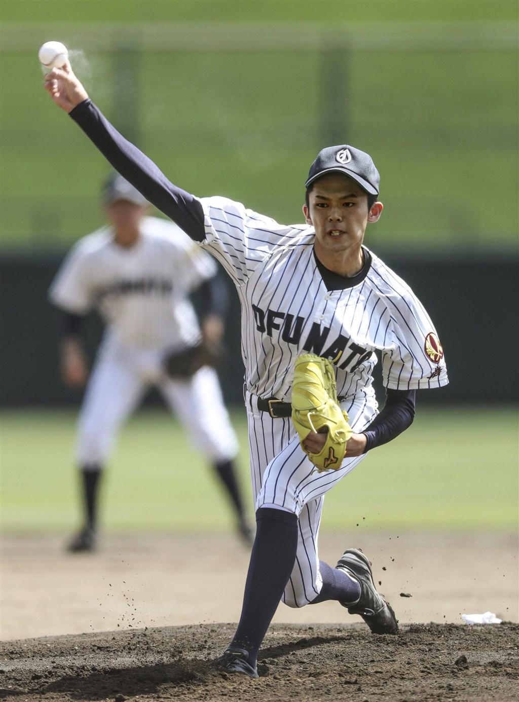 日本投手佐佐木朗希(圖)被視為與旅美日籍球星大谷翔平並列的投手,17日日職選秀會議上,他可能是9支球團第一指名。圖為2019年7月佐佐木朗希在岩手縣立棒球場投球。(共同社提供)