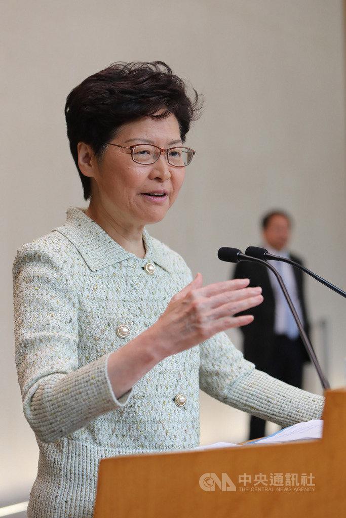 香港特首林鄭月娥將於16日發表任內第3份施政報告。她今天出席行政會議前向媒體表示,報告將聚焦土地及房屋問題,會盡最大努力完成發表。(中通社提供)中央社 108年10月15日