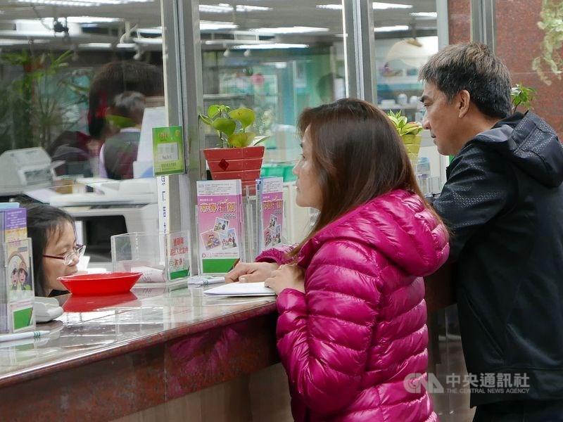 中華郵政公司15日宣布,配合都會地區民眾生活型態及上班族用郵需求,將調整台北光華郵局等6處郵局營業時間,改為中午12時至晚上7時30分。(示意圖/中央社檔案照片)
