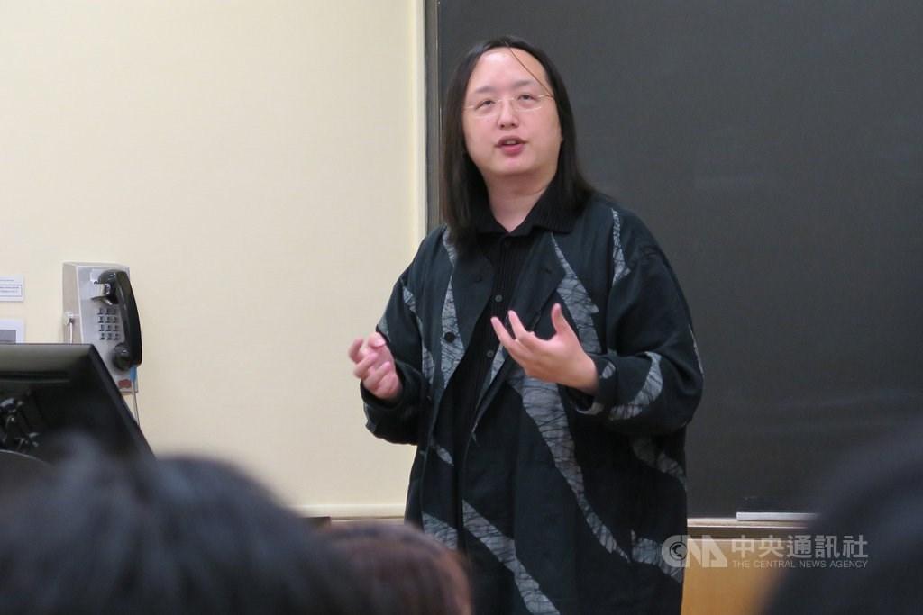 行政院政務委員唐鳳投書紐約時報,細數台灣推行數位民主的成就,讓人人都能發聲,正在為未來加強民主。圖為唐鳳9月26日出席紐約哥倫比亞大學活動。(中央社檔案照片)