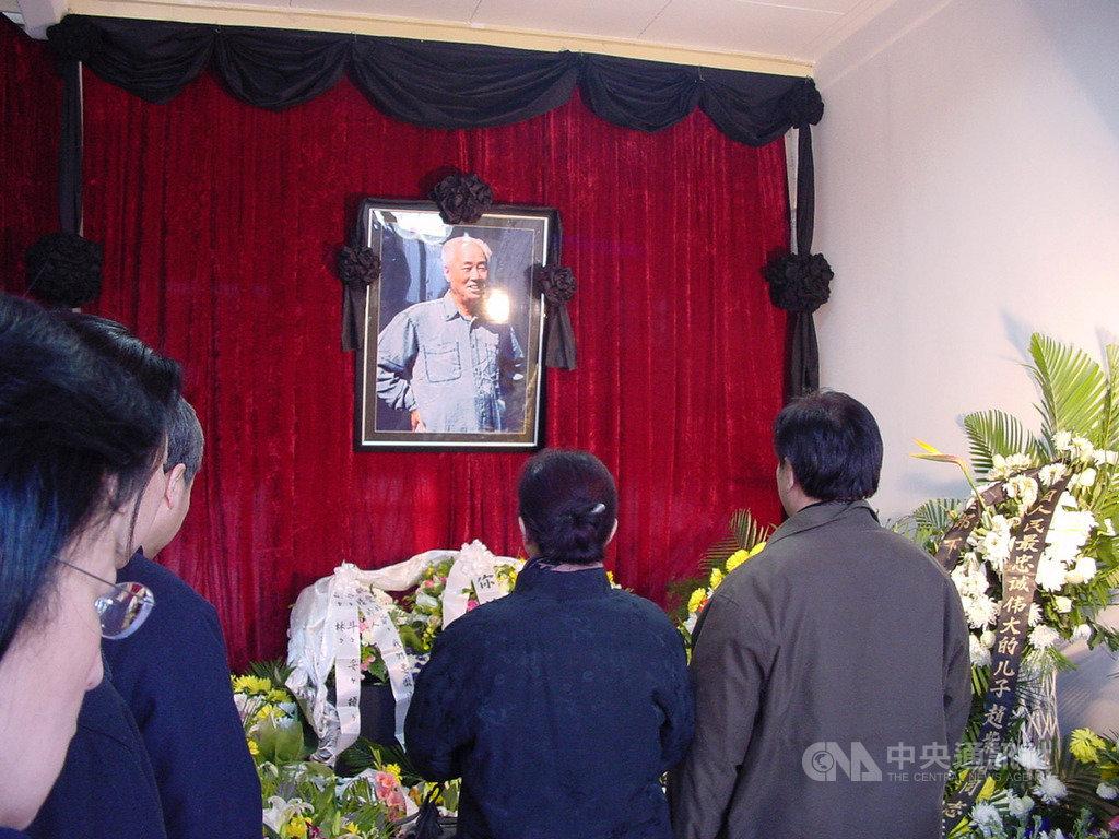 已故中共總書記趙紫陽之子趙二軍16日對港媒表示,趙紫陽的骨灰近期將安放於北京民間墓地。圖為2005年1月初趙紫陽逝世後,家人在自宅為他舉行的喪禮。(資料照片)中央社記者張謙北京攝 108年10月16日