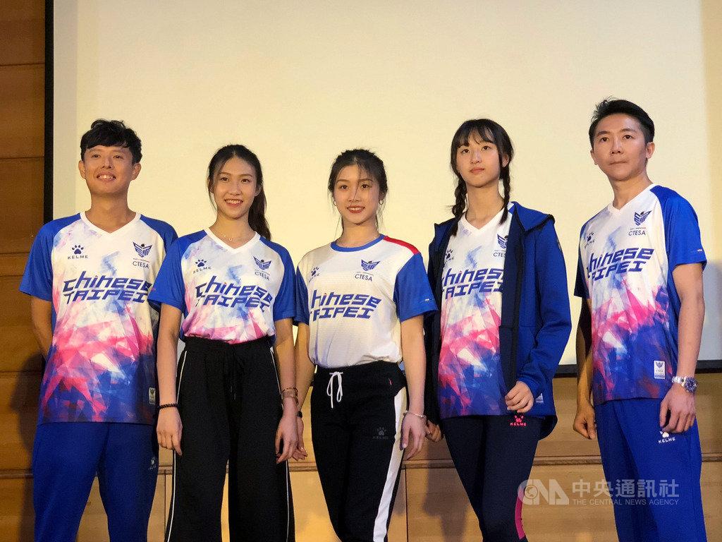 2019年IESF世界電競錦標賽12月將在南韓首爾登場,代表台灣參賽的張家棟(右1)、洪偲猛(左1)16日出席記者會,兩人都將目標瞄準冠軍。中央社記者黃巧雯攝 108年10月16日