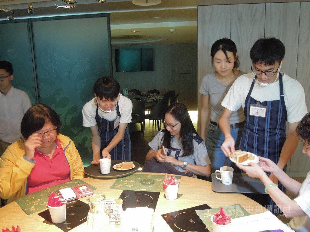 為了喚起大眾對身心障礙孩子就業問題的關注,台灣厚道社會服務聯合會、中華海洋生技公司社會責任服務群與周大觀基金會規劃台灣的「等路下午茶」,創造身心障礙孩子就業機會,並於16日進行第一次試辦。中央社記者吳欣紜攝  108年10月16日