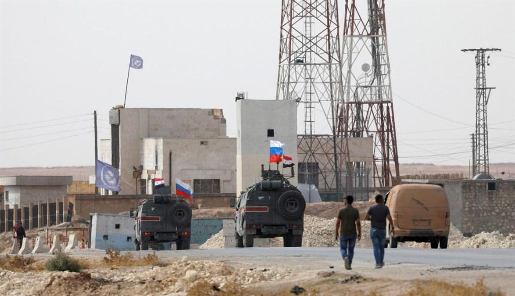 俄羅斯國防部15日表示,俄軍在曼比季郊外的大馬士革政府軍和安卡拉武裝部隊前線陣地進行巡邏,使兩軍有所分隔。(路透社提供)