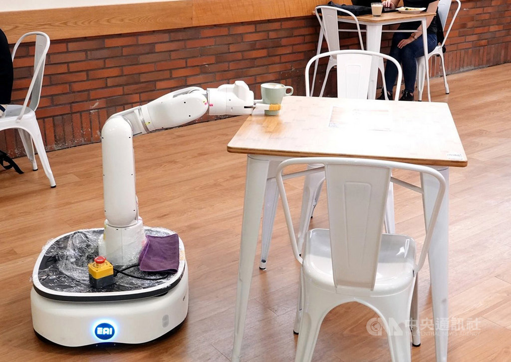中正大學圖書館AI無人餐廳16日開幕,不僅餐廳入口處有迎賓機器人依顧客選擇自動帶位外,餐廳內也設有能自動沖泡各式咖啡與製作拉花的機械手臂及負責送餐的機器人。(中正大學提供)中央社記者黃國芳傳真 108年10月16日