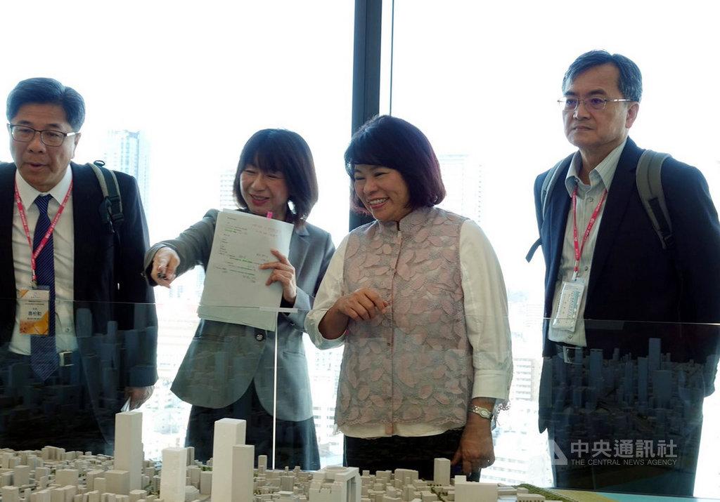 嘉義市長黃敏惠(右2)16日率市府團隊考察日本大阪的梅北開發計畫,深入了解大阪車站的規劃。(嘉義市政府提供)中央社記者黃國芳傳真 108年10月16日