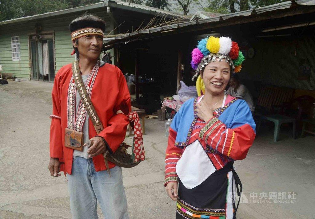 福州姑娘陳玉萍(右),說起17年前,剛嫁到阿里山的感覺,像天堂掉到地獄,但現在她已從新住民變原住民,適應鄒族的生活。圖左為陳玉萍的先生楊榮華。中央社記者蔡智明攝 108年10月16日