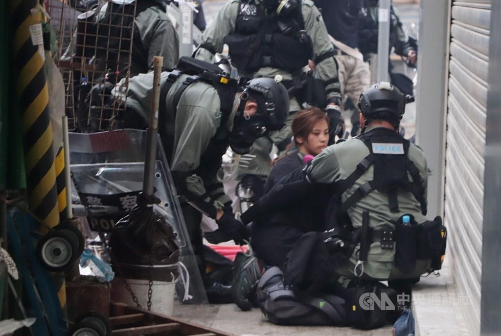 美國聯邦眾議院16日通過香港人權與民主法案,要求美國總統每年點名並制裁香港侵害人權人士。圖為10月1日香港鎮暴警察展開清場,拘捕多名示威者。(中央社檔案照片)