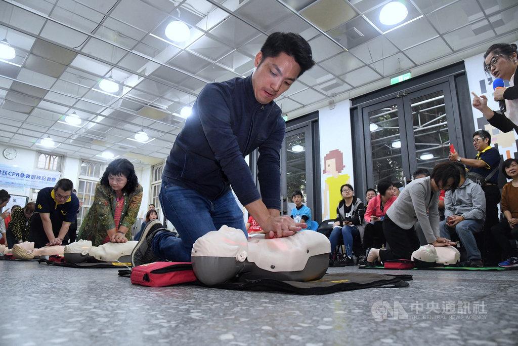 為推廣全民學習心肺復甦術(CPR),立法院厚生會16日邀請各行業代表,共同學習CPR,厚生會會長、國民黨立委蔣萬安(前中)表示,希望CPR能成為必備的技能,緊急時能派上用場。中央社記者王飛華攝  108年10月16日