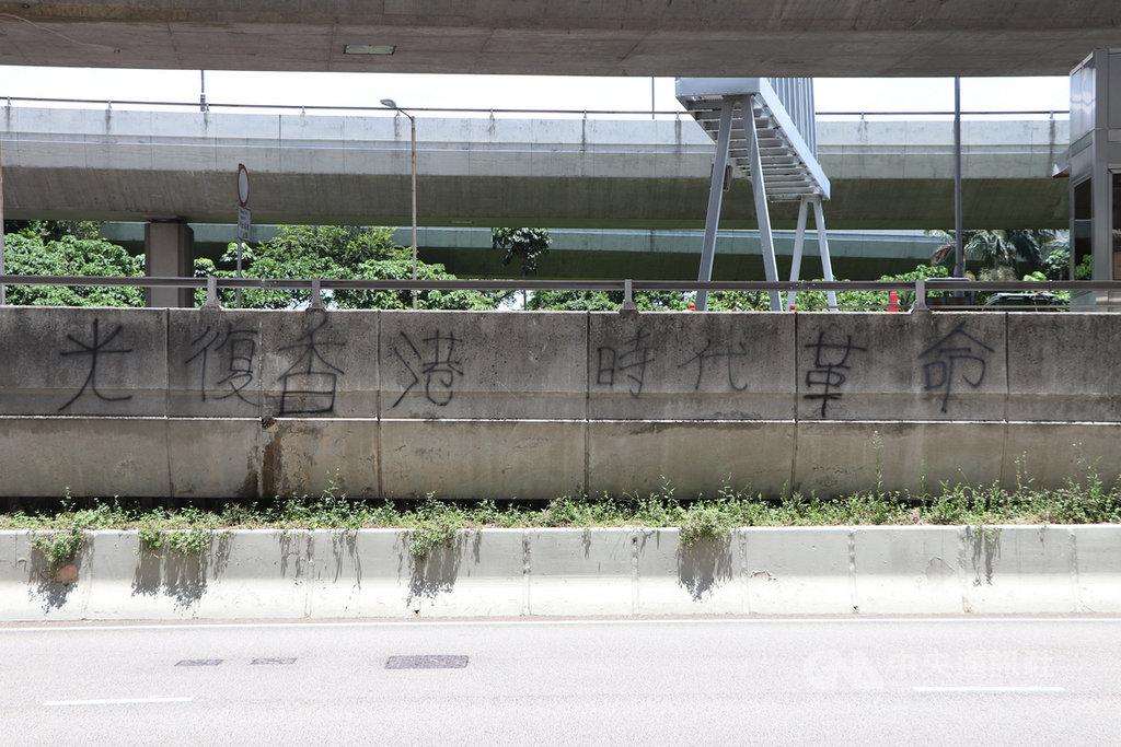 香港特首林鄭月娥16日在記者會上以區議會選舉臨近為由,拒評「反送中」口號「光復香港,時代革命」口號是否觸及政治紅線。(資料圖片)中央社記者張謙香港攝 108年10月16日