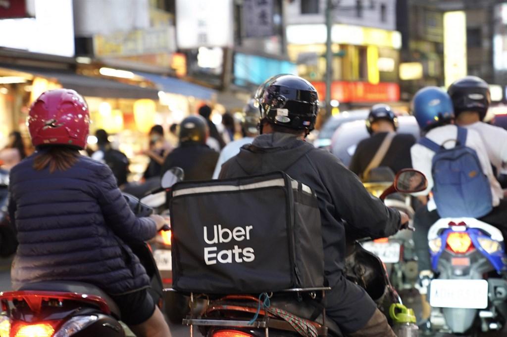 外送員接連傳出車禍意外,Uber Eats、foodpanda在外送員罹災後未於8小時內通報,明確違反「職業安全衛生法」將挨罰。(示意圖/中央社檔案照片)