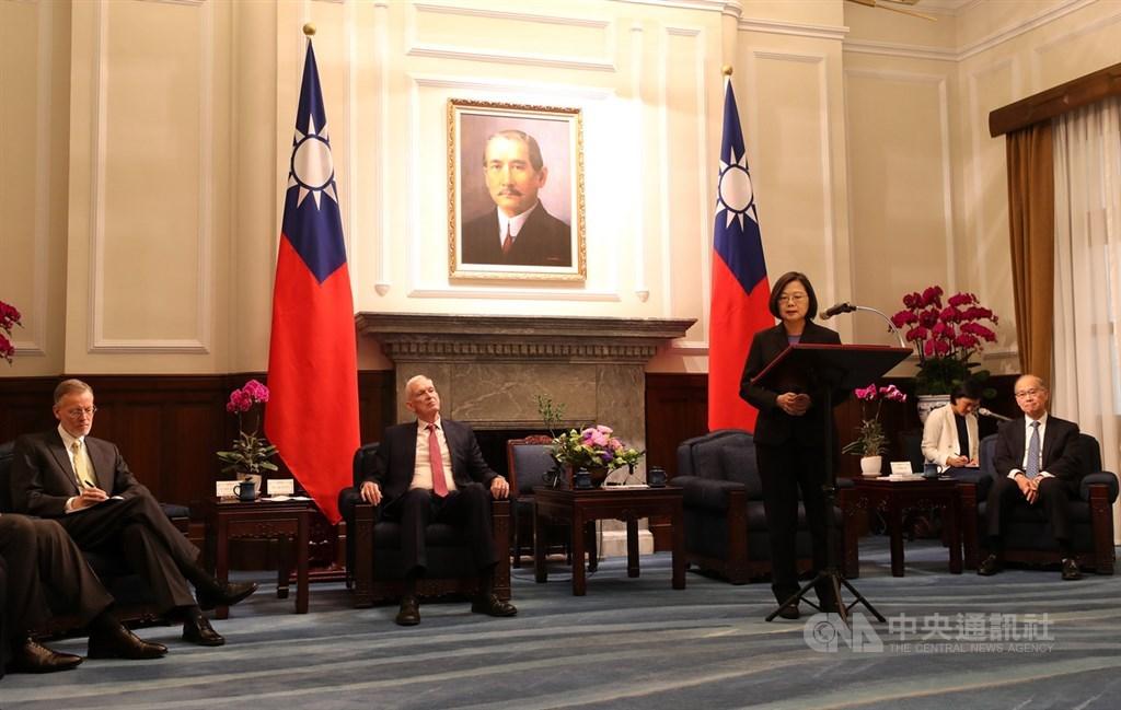 總統蔡英文(前右)16日在總統府接見美國在台協會(AIT)主席莫健(James Moriarty)(左2)致詞時表示,台灣將持續跟美國及區域內理念相近國家緊密合作,共同為印太區域的和平穩定與福祉貢獻力量。中央社記者張皓安攝 108年10月16日