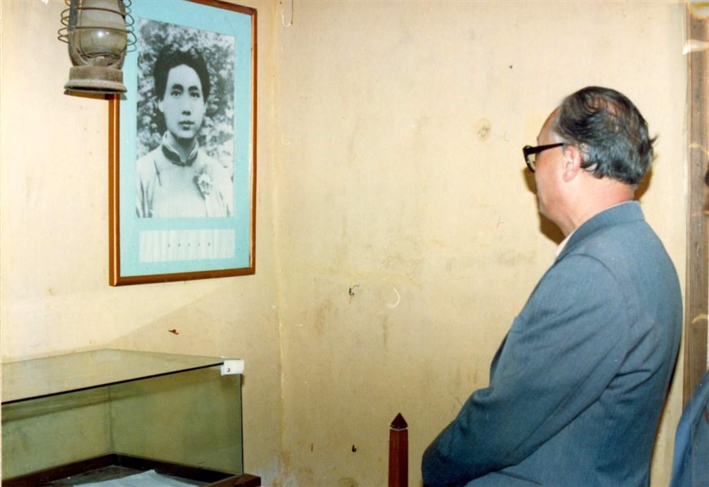 1987年11月,趙紫陽參觀井岡山紅色革命根據地,端詳青年毛澤東。(印刻提供)